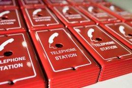 สกรีนกล่องเหล็ก สกรีนโลโก้ลงบนกล่องเหล็กสีแดง พิมพ์โลโก้โทรศัพท์ ข้อความ telephone station และกรอบสี่เหลี่ยมสีขาว