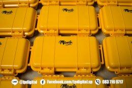 สกรีนกล่องพลาสติก สกรีนโลโก้ลงบนกล่องพลาสติกสีเหลือง ลาย Misacle