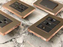 รวบภาพทุกมุม ของสวิตซ์ไฟรูมอสพลัสสีโรสโกลด์ เพื่อให้ลูกค้าได้มั่นใจในสีของสินค้า