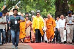 นายกรัฐมนตรีพร้อมคณะเยี่ยมชมวัดมหาโพธิ์พุทธคยา และสวดมนต์เจริญจิตภาวนาเพื่อถวายเป็นพระราชกุศลฯ