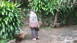 ฝรั่งหัวใจไทย เดินตามพระบิณฑบาตที่กระบี่ ติดใจเมืองไทย ชอบความสงบ