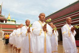 นำนาคเวียนรอบพระอุโบสถ กล่าวคำวันทาเสมา หลังจากนั้นบิดามารดา มอบผ้าไตร และส่งนาคเข้าสู่ภายในพระอุโบสถ