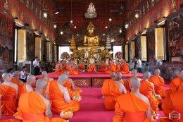 คุณสันติ คุณอรุณี ภิรมย์ภักดี ถวายพานธูปเทียนแพ ผ้าไตร เครื่องไทยธรรม แด่ พระอุปัชฌาย์ และพระคู่สวด