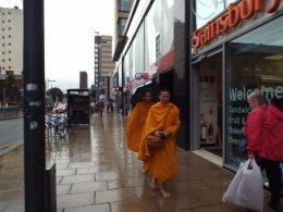 พระธรรมทูต วัดพุทธาราม เมืองลีดส์ ประเทศอังกฤษ ได้เดินเท้าออกรับบิณฑบาตรจากสาธุชนชาวไทย ที่อาศัยอยู่ใน Leeds City