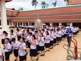 ผู้อำนวยการโรงเรียนสาธิตจุฬาฯ ฝ่ายประถม (รศ.สุพร ชัยเดชสุริยะ) พร้อมด้วยคณาจารย์ และนักเรียนนำเทียนพรรษาไปประกอบพิธีถวายแด่พระสงฆ์ที่วัดสระเกศ