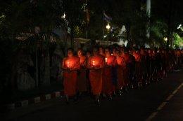 พระวิทยากรกระบวนธรรม ๘๖ รูป จากทั่วประเทศ  ร่วมพิธีเวียนเทียนขึ้นบนพระบรมบรรพต (ภูเขาทอง)  ถวายเป็นพุทธบูชา