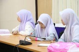 นักศึกษาเข้าสัมภาษณ์เรื่องการบริหารการจัดการบ้านเมืองที่ดี