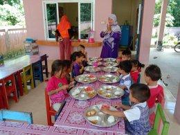 อาหารกลางวันเด็กๆศูนย์พัฒนาเด็กเล็กนูรุลฮูดา เทศบาลตำบลท่าสาป
