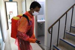 ทำความสะอาดสำนักงานและพ่นยาฆ่าเชื้อ COVID-19 บริเวณสำนักงานเทศบาลตำบลท่าสาป
