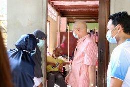 ผู้ว่าราชการจังหวัดยะลาลงเยี่ยมบ้านและมอบของที่ระลึกแก่ผู้ป่วยติดเตียง ผู้ป่วยสูงอายุ ผู้พิการ และผู้ด้อยโอกาสในพื้นที่ตำบลท่าสาป