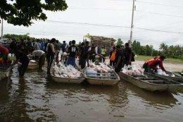 รองผู้ว่าฯ แจกถุงยังชีพผู้ประสบภัยน้ำท่วม