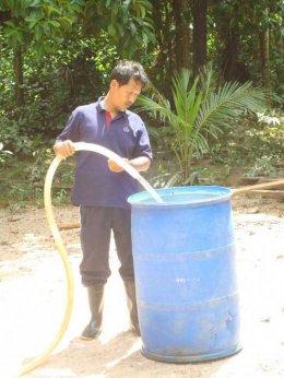 บริการน้ำให้ชาวบ้านหลังน้ำลด ม.4