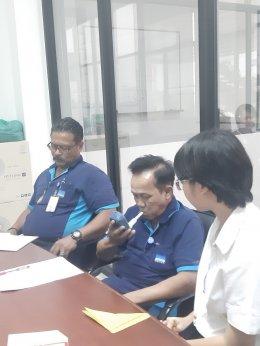 พี่เลี้ยงด้านสุขภาพของโรงพยาบาลห้วยพลูช่วยลด ละ เลิกบุหรี่ให้กับพนักงานของบริษัทไพโอเนียร์ มอเตอร์ จำกัด (มหาชน)