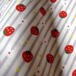 ผ้า cotton ญี่ปุ่น ลายสตอเบอรี่และดอกไม้ลายทางสีเทา ขนาด 1/8 เมตร (25*55 ซม.)