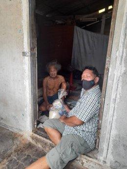 """""""สยามสไมล์"""" ร่วมกับ """"มูลนิธิยิ้มสยาม"""" ส่งมอบถุงพร้อมอิ่ม เพื่อช่วยเหลือผู้ที่ได้รับผลกระทบจากการระบาดของโรค Covid-19  ในชุมชนย่านสายไหม กรุงเทพมหานคร"""