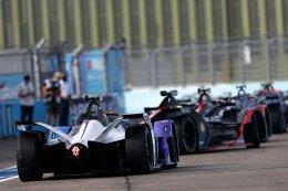Formula E รายการแข่งขันชิงเจ้าความเร็วสุดล้ำสุดคูลแห่งยุคนี้และยุคหน้าที่กำลังได้รับกระแสตอบรับอย่างรวดเร็ว ด้วยแนวคิดใช้รถแข่งฟอร์มูล่าวันที่ขับเคลื่อนด้วยพลังงานไฟฟ้า 100 % แทนที่เครื่องยนต์สันดาปแบบดั่งเดิม