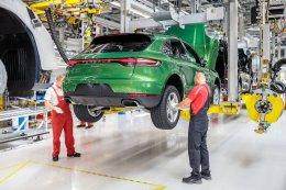 ยนตรกรรมสปอร์ต SUV ยอดนิยมรุ่นล่าสุดจากปอร์เช่ พร้อมออกเดินทางจากสายการผลิตถึงมือลูกค้ารายแรกแล้ว