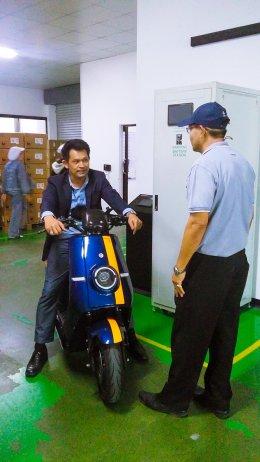 นาย อาณัติ สาดีน และ นาย รอเช็ด พรหมาด เข้าเยี่ยมชมโรงงานผู้ผลิตและจัดจำหน่ายรถมอเตอร์ไซค์ไฟฟ้า ตามโครงการ ส่งเสริมเพื่อพัฒนารถจักรยานยนต์ไฟฟ้าในประเทศไทย