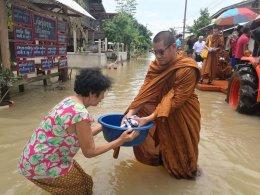 คณะสงฆ์จังหวัดนครพนม อุบลฯ และอำนาจเจริญ ลงพื้นที่ช่วยผู้ประสบภัยน้ำท่วม