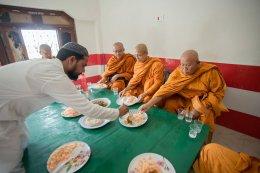 ศาสนาสัมพันธ์ ครอบครัวมุสลิมกุสินารานิมนต์พระสงฆ์ไทยฉันภัตตาหาร