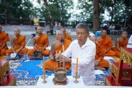 หลวงพี่น้ำฝนนำโยม สวดเจริญพระพุทธมนต์ ณ พระธาตุแช่แห้ง-ช่อแฮ ประจำปี'เถาะ-ขาล'