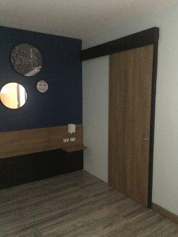 ออกแบบพื้นกระเบื้องยางลายไม้ห้องนอนให้สวยงามกับประตูลายไม้