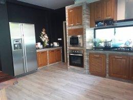 ผลงาน AT LEFT VILLA ปูพื้นห้องครัวสไตล์รัสติค พื้นกระเบื้องยางลายไม้ระบบคลิ๊กล็อคAL501