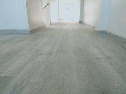 เปรียบเทียบข้อดีข้อเสียของพื้นกระเบื้องยางลายไม้และพื้นไม้ลามิเนต