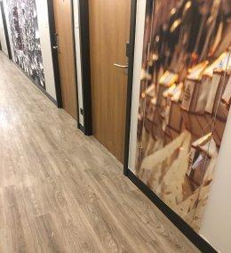 ออกแบบพื้นกระเบื้องยางลายไม้ทางเดินห้องพักสวยงามกับประตูลายไม้