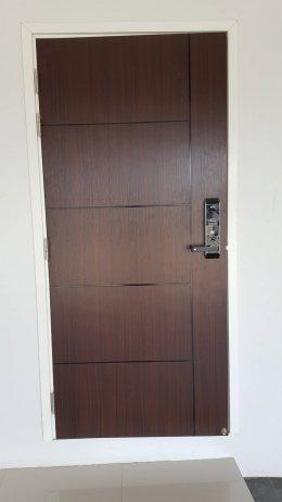ประตูUPVCปิดผิวลามิเนตลายไม้วอลนัทบานเรียบเซาะร่อง1เส้นตรง
