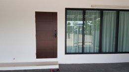 ผลงานออกแบบพื้นไม้ลามิเนตสีไม้สักกับประตูUPVCลายไม้โอ๊คน้ำตาลเข้ม