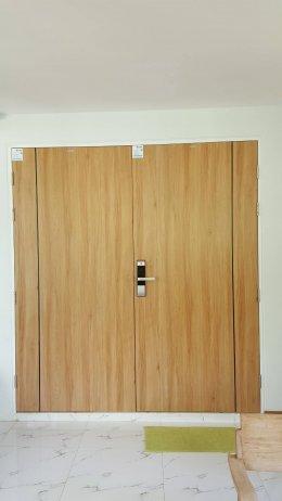 ผลงานออกแบบพื้นไม้ลามิเนตลายไม้โอ๊คปาร์เก้กับประตูUPVCสีไม้แอช