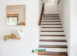 ผลงานออกแบบบ้านพักอาศัย2ชั้นสไตล์อีโค คอนเซป ใกล้ชิดกับธรรมชาติ ด้วยการลือกใช้พื้นไม้ลามิเนตร่องวี ผิวหน้ามีสัมผัสร่องลายไม้
