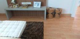 ผลงานออกแบบบันไดไม้ยางประสานสีบีช กับพื้นไม้ลามิเนตสีบีชลายปาร์เก้