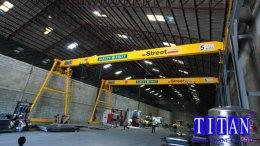 เครนสนามขาสูงข้างเดียว แบบคานเดี่ยว น้ำหนักยก 5 ตัน กว้าง 18 เมตรระยะยกสูง 10 เมตร รางวิ่งยาว 83 เมตร