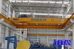 เครนเหนือศีรษะ แบบคานคู่ น้ำหนักยก 20 ตัน กว้าง 20 เมตร ระยะยกสูง 10 เมตร รางวิ่งยาว 52 เมตร