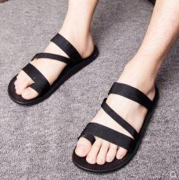 ไอเทมป้องกันรองเท้าที่คุณไม่ควรพลาดในหน้าฝน