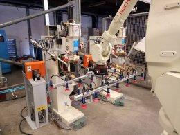 มือหุ่นยนต์หยิบแผ่นเหล็กทำงานร่วมกับวาวล์กันรั่ว