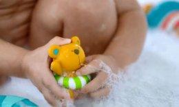 ของเล่นน้ํา แก๊งหมีพ่นน้ำ Hape Teddy and Friends Bath Squirts