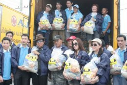 บริหารและเจ้าหน้าที่ AJ เดินทางไปมอบถุงยังชีพช่วยเหลือผู้ประสบอุทกภัยที่ จ.อยุธยา