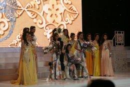 AJ มอบเงินและรางวัลในเวทีการประกวดนางสาวไทยประจำปี 2553