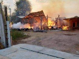ระทึก ไฟไหม้บ้านไม้สักวอดทั้งหลังรับอรุณ คาดไฟฟ้าลัดวงจร