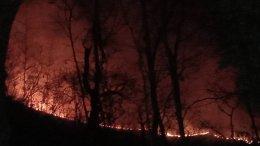 ไฟป่าดอยพระบาทยังไม่ยุติไหม้ติดต่อกันเป็นวันที่3ไฟยังกระจายเป็นจุดๆทั่วภูเขาควันไฟคละคลุ้งเต็มถนน