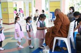 ครู นักเรียน และผู้ปกครอง ร่วมทำบุญ