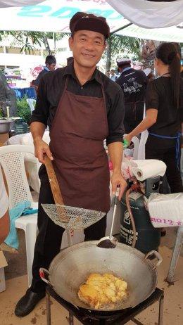 หอการค้าจังหวัดฉะเชิงเทรา ร่วมทำข้าวไข่เจียว ให้บริการประชาชน ที่มาร่วมพิธีถวายพระเพลิงพระบรมศพ