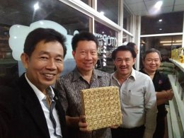 ประธานหอการค้าจังหวัดฉะเชิงเทรา และกรรมการ หอการค้าจังหวัดฉะเชิงเทรา ให้การต้อนรับ ประธานกรรมการหอการค้าไทย