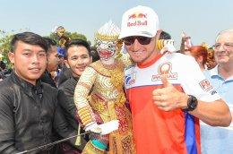 """""""นักแข่งโมโตจีพี"""" ปลื้มความงามวัดไทย"""