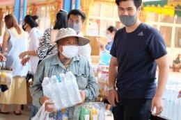 ชนากานต์- ชนกวนันท์ - ชิตภณ  รวมพลังนางงามแจกข้าวสารอาหารแห้งชุมชนคลอง 3 วา