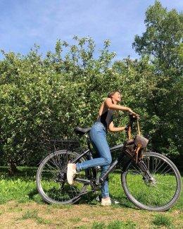 """อากาศมันร้อน """"ญาญ่า"""" สดใสรับซัมเมอร์ที่บ้านนอร์เวย์ เปลือยหลังปั่นจักรยานท้าแดด"""