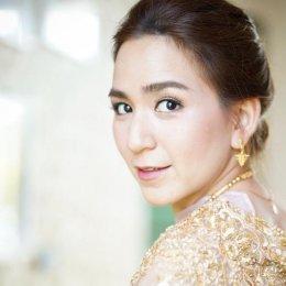 """สวยมากหวานด้วย """"พลอย ชิดจันทร์"""" แต่งชุดไทย มอบพวงมาลัยให้สามี"""
